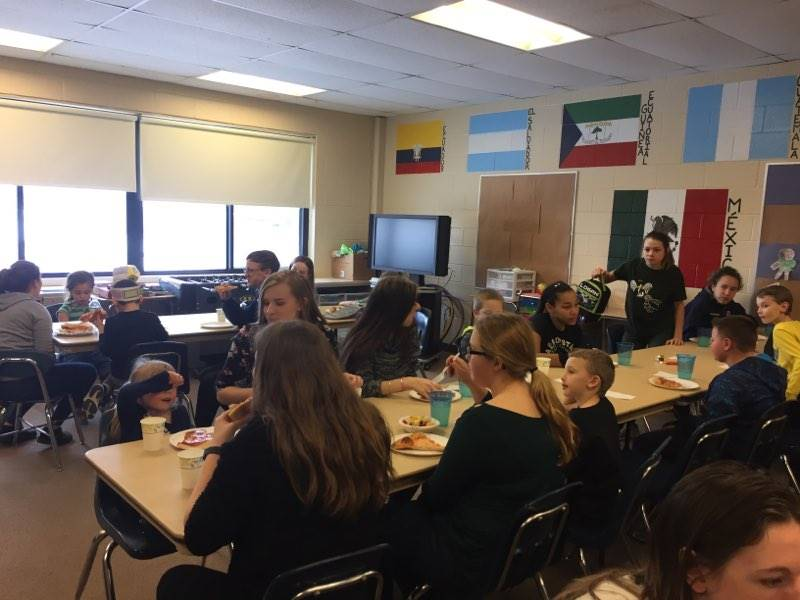 mentor-mentees eating lunch together